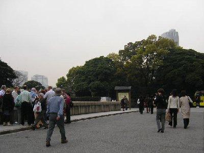 浜離宮前に観光客