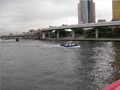 隅田川に船
