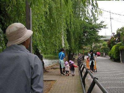 公園内で保育園の子供達
